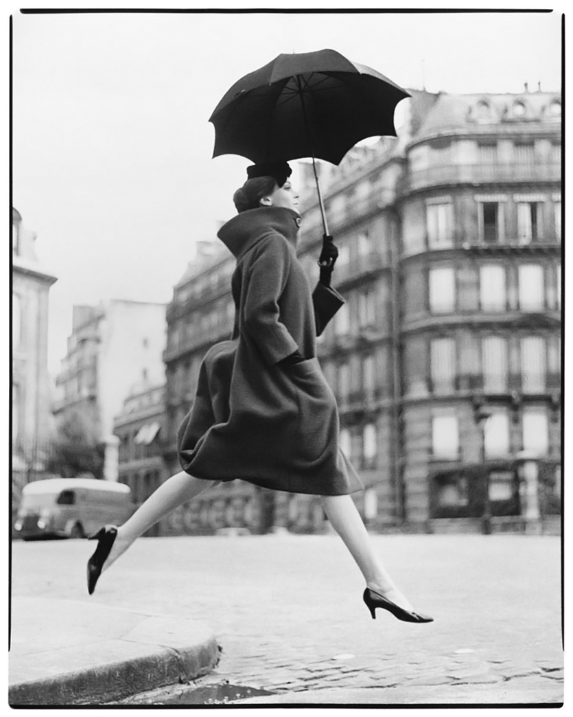 photo-richard-avedon-carmen-homage-to-munkacsi-coat-by-cardin-place-franc3a7ois-premier-paris-august-1957