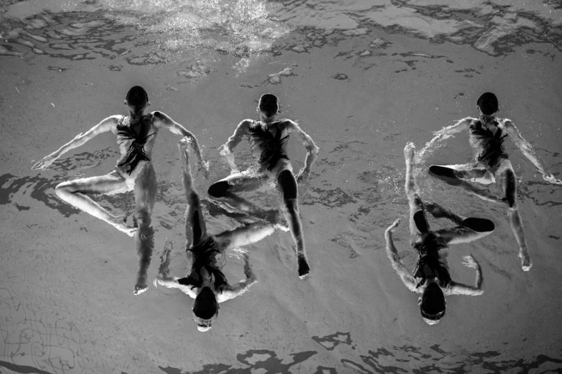 Sport, 3e prix – Photos uniques Jonas Lindkvist, Suède, pour Dagens Nyheter Neptun Synchro 13 décembre 2015. Des membres de la section de nage synchronisée du Neptun club, en position du voilier, à l'occasion de la Sainte-Lucie, quelques jours avant Noël. La nage synchronisée exige des aptitudes pointues, de la force, de la souplesse, un contrôle du souffle, un sens artistique et un synchronisme précis. Plus de 100 personnes, de 4 à 65 ans, pratiquent la nage synchronisée au Neptun.