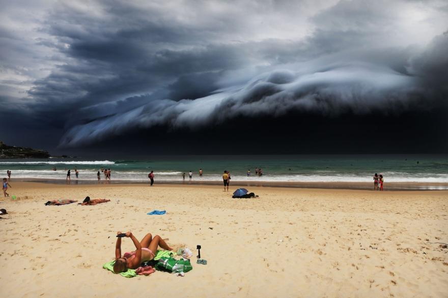 Nature, 1er prix – Photos uniques Rohan Kelly, Australie, pour le Daily Telegraph Orage sur Bondi Beach 6 novembre 2015. Une imposante barrière de nuage en direction de Bondi Beach. Cette masse nuageuse faisait partie d'un front météorologique porteur d'orages violents. Les médias locaux font alors état de vents destructeurs, de grêlons de la taille de balles de golf et de fortes précipitations. Ces barrières nuageuses sont constituées de la rencontre entre un courant d'air frais descendant et un courant d'air chaud, plus sombre, matérialisé par des couches de nuages peu épaisses.