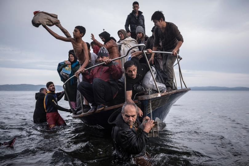 Nouvelles générales, 1er prix – Histoires Sergey Ponomarev, Russie, pour The New York Times Reportage sur la crise des réfugiés en Europe Des réfugiés arrivent par bateau près du village de Skala, à Lesbos (Grèce), le 16 novembre 2015.